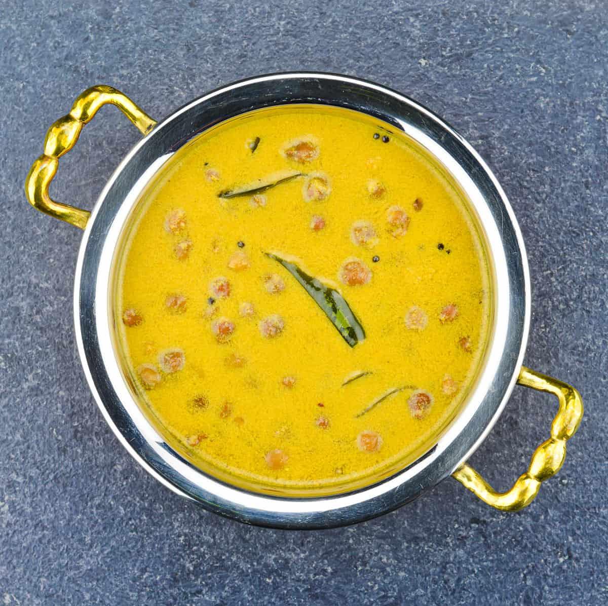top close up shot of konkani chana ghashi in a serving kadai
